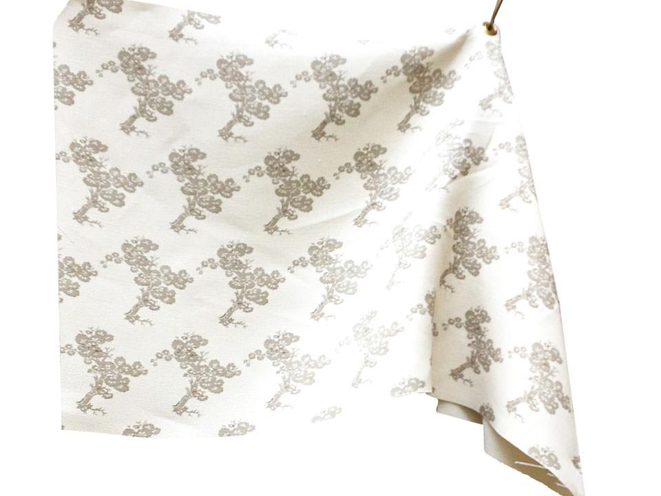 Design Neutral Tree: da un dettaglio di un antico tessuto cinese è stato creato un disegno a repeat. Tessuto stampato. - Neutral Tree Design: from a detail of an ancient Chinese fabric was created a repeat pattern. Printed fabric.